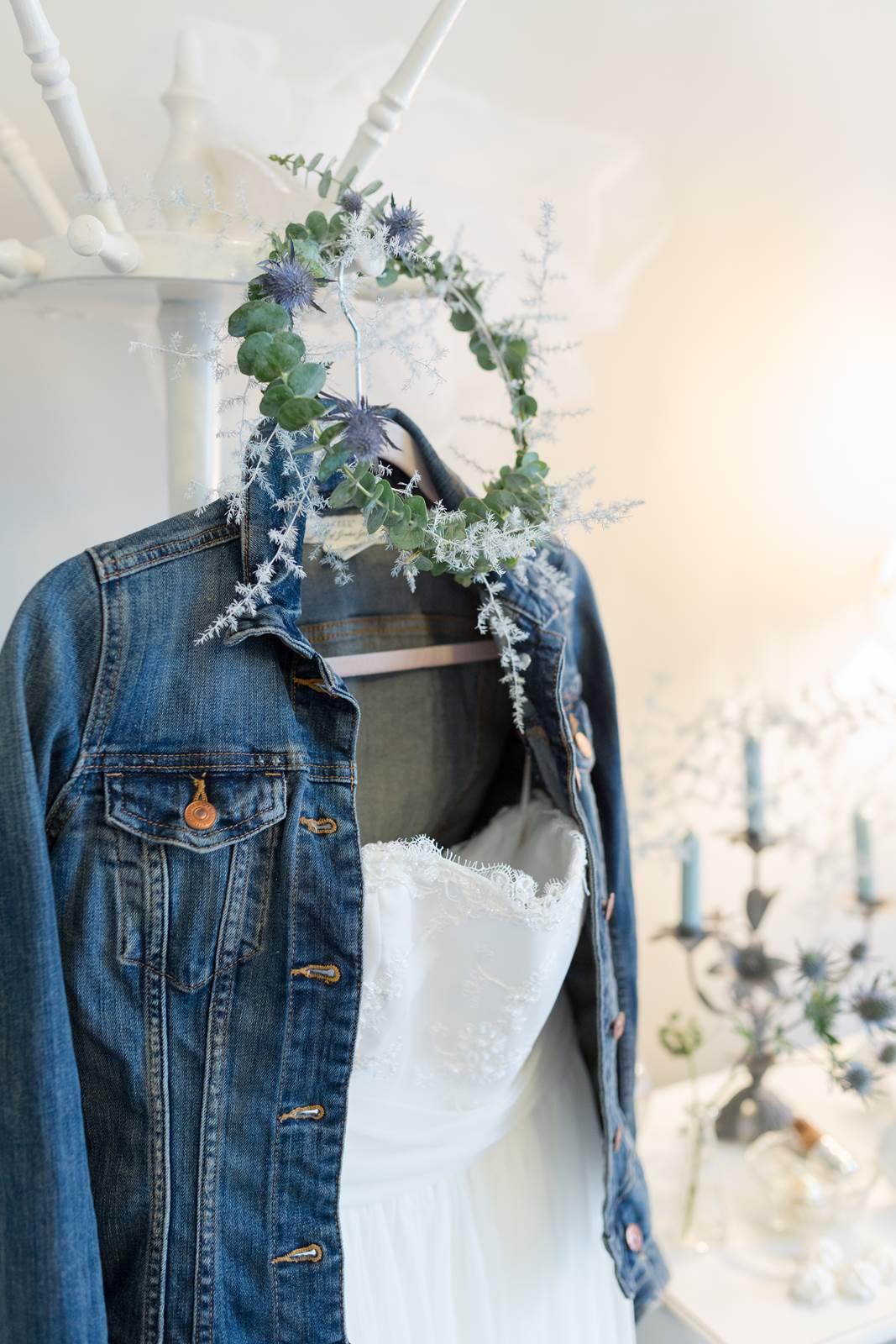 Vintage Wintertraum im Brautkleid von mona berg mit Jeansjacke