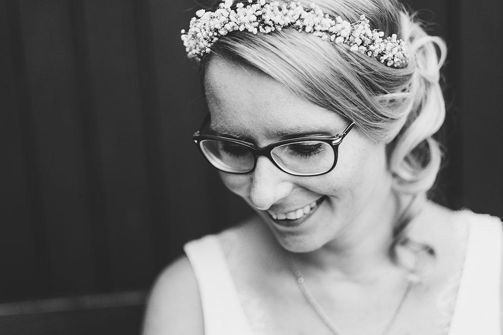 Strahlende Braut im Brautkleid