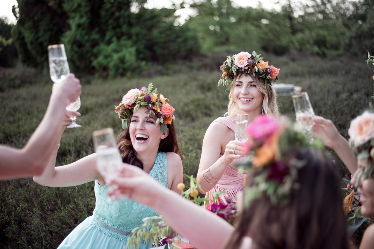 Boho Bridalparty Junggesellenabschied Bridemaid stoßen mit Sekt an