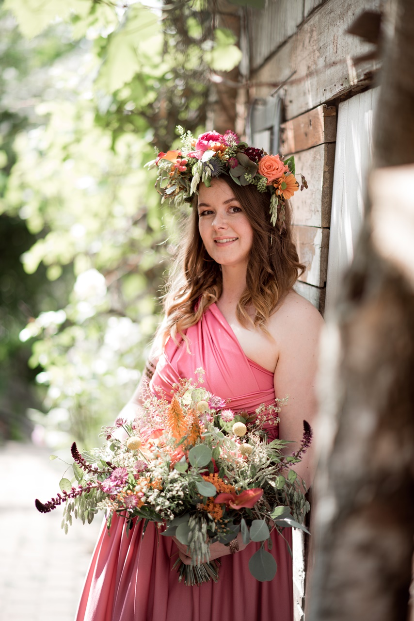 Boho Brautjungfer Bridemaid mit Blumenkranz und Brautstrauß