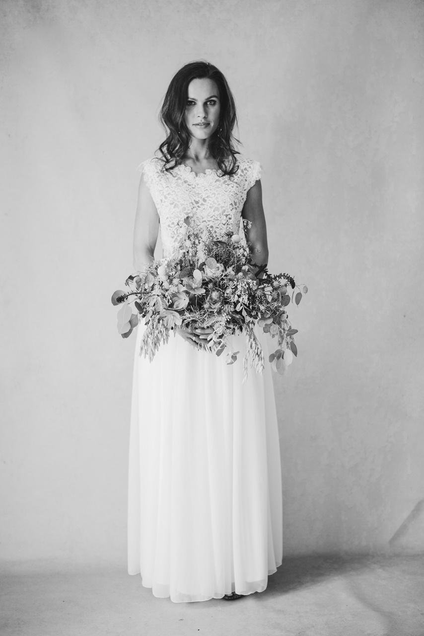 Boho Braut im Brautkleid mit Brautstrauß