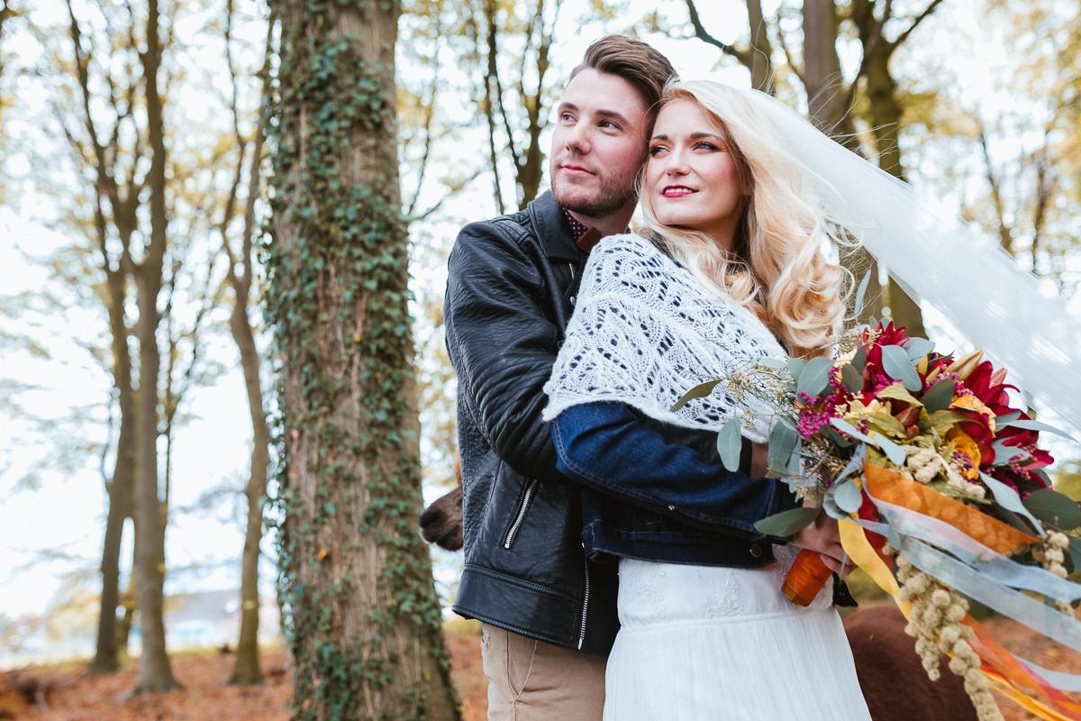 Boho Brautpaar im Brautkleid und Schleier