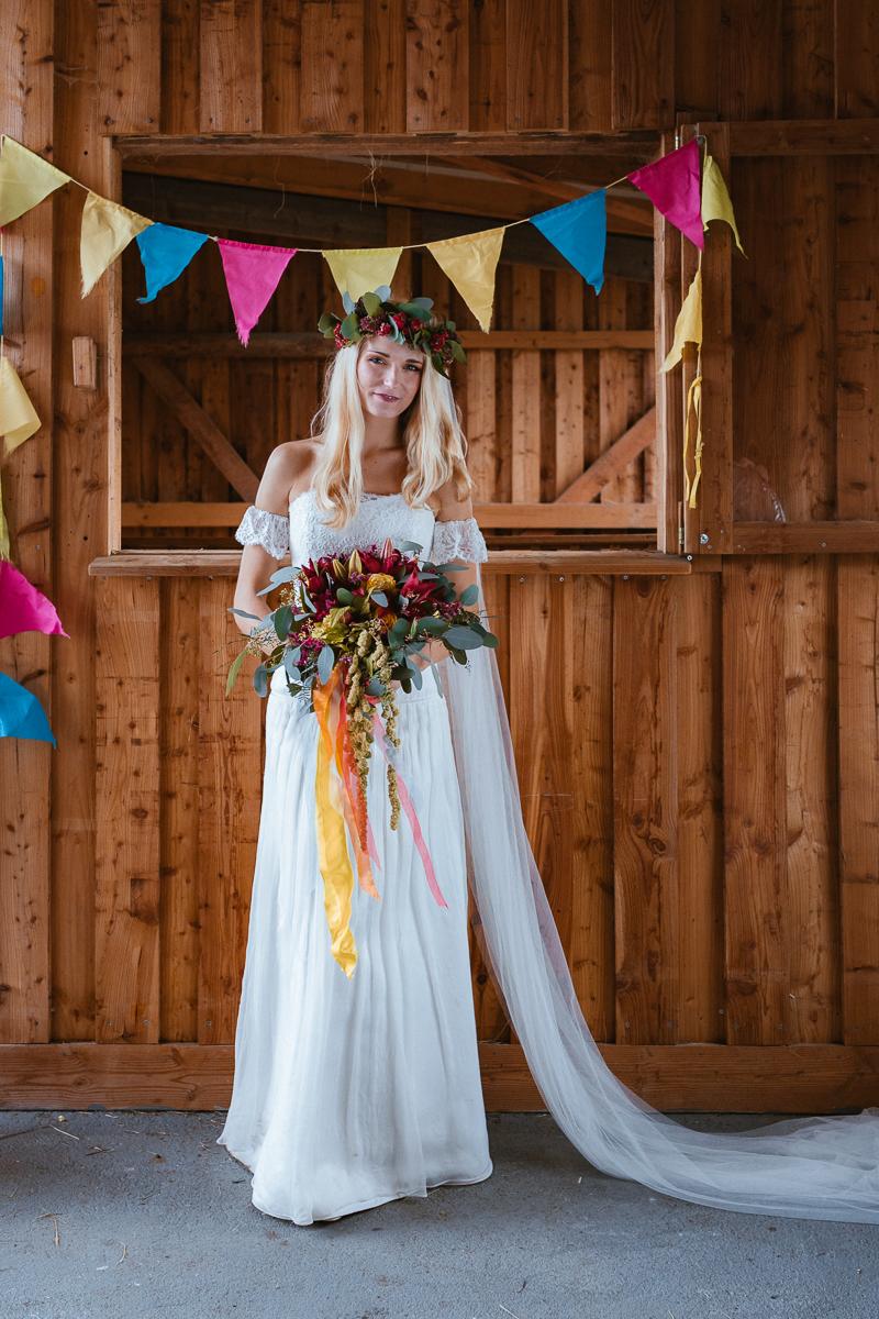 Boho Braut im Brautkleid mit Wimpelkette