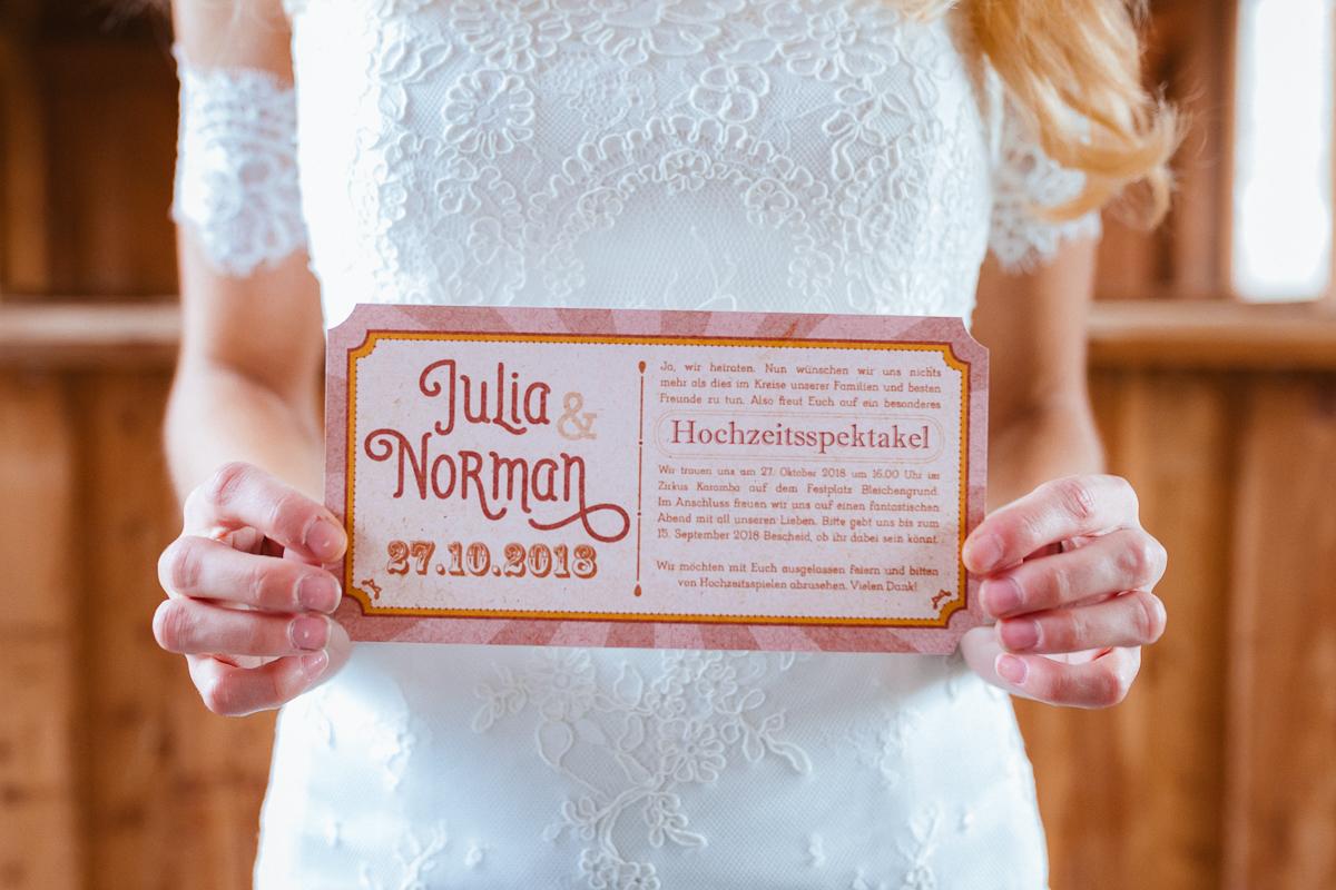 Boho Braut im Brautkleid mit Hochzeitseinladung