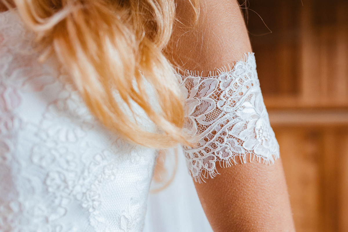 Boho Braut im Brautkleid mit Armstulpen