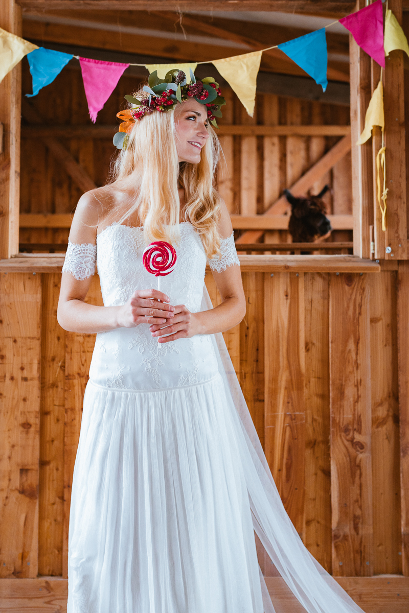 Boho Braut im Brautkleid mit Lolli
