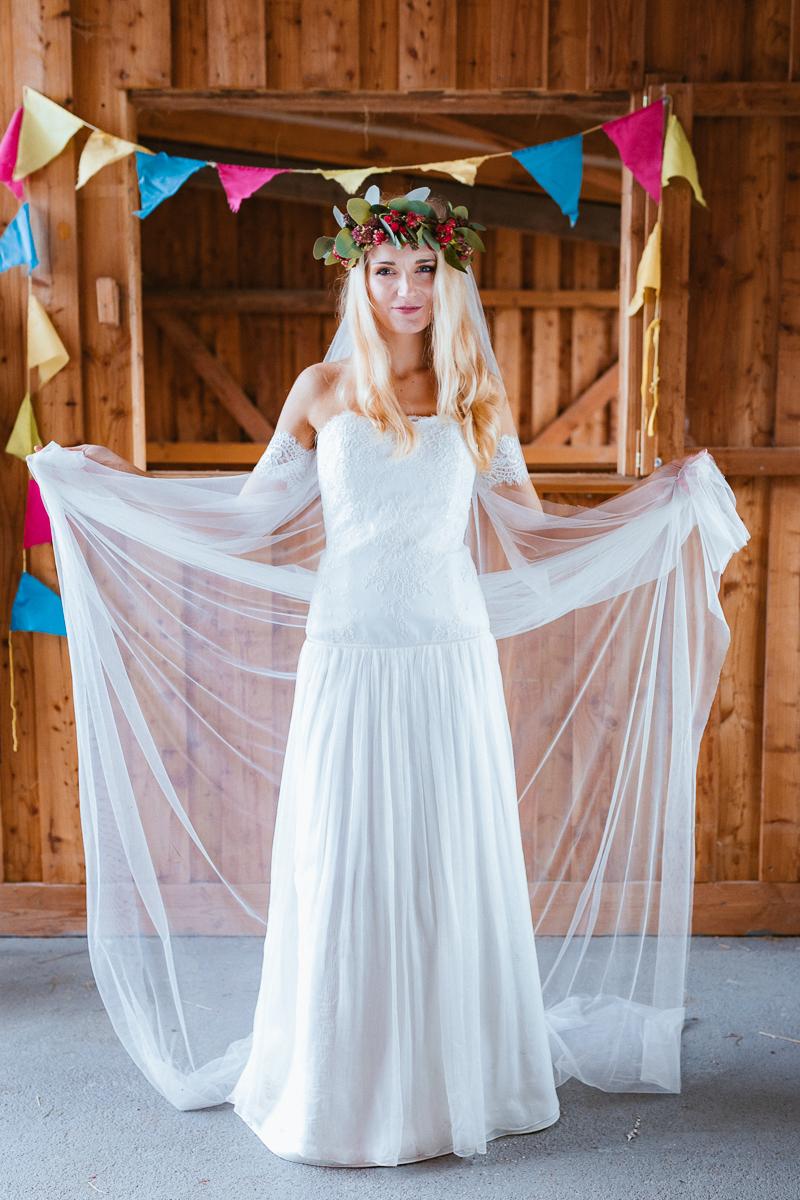 Boho Braut im Brautkleid mit Schleier