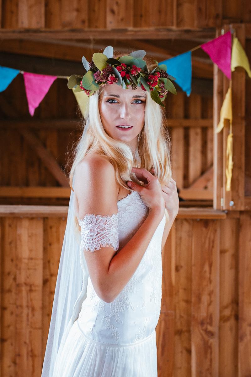 Boho Braut im Brautkleid mit Blumenkranz