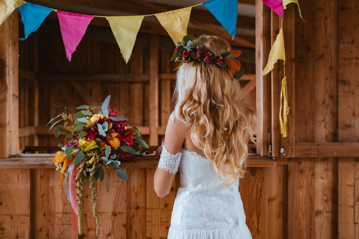 Boho Braut im Brautkleid mit Brautstrauß und Blumenkranz