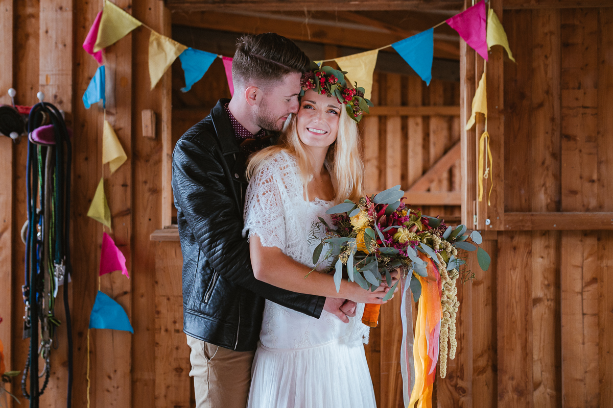 Boho Brautpaar mit Brautstrauß