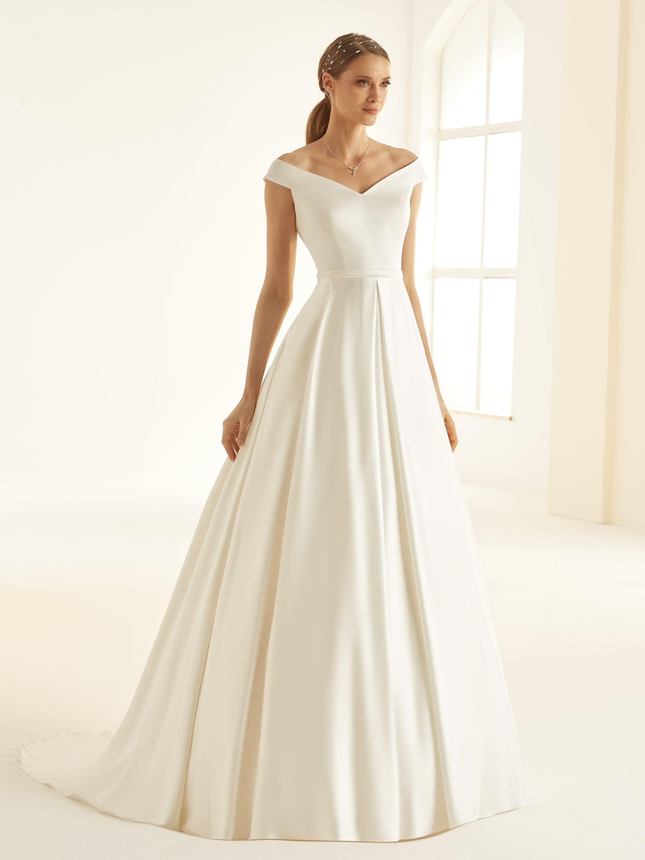 puristisches Brautkleid Esmeralda mit Carmenausschnitt